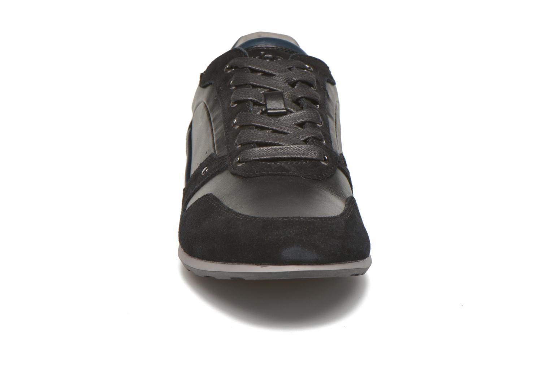 Sneakers TBS Langton Nero modello indossato