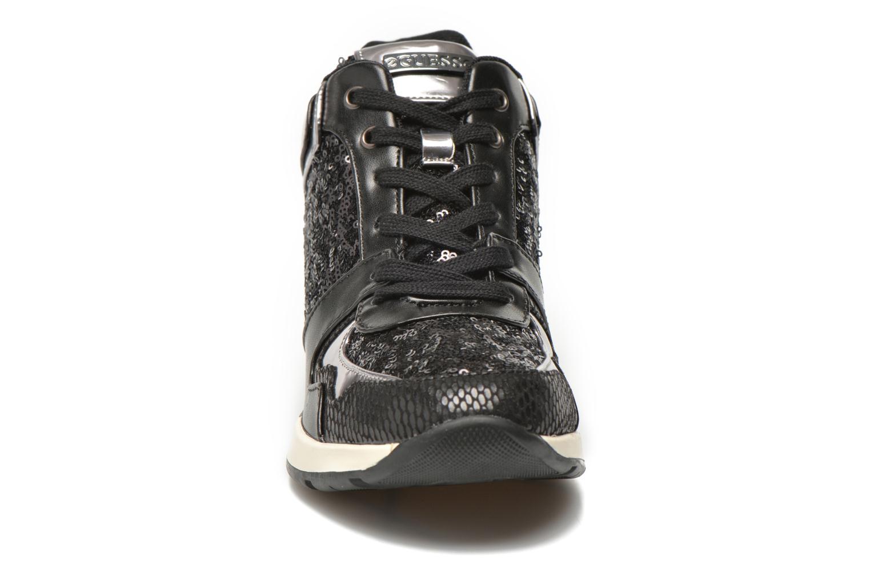 Baskets Guess Laceyy Noir vue portées chaussures