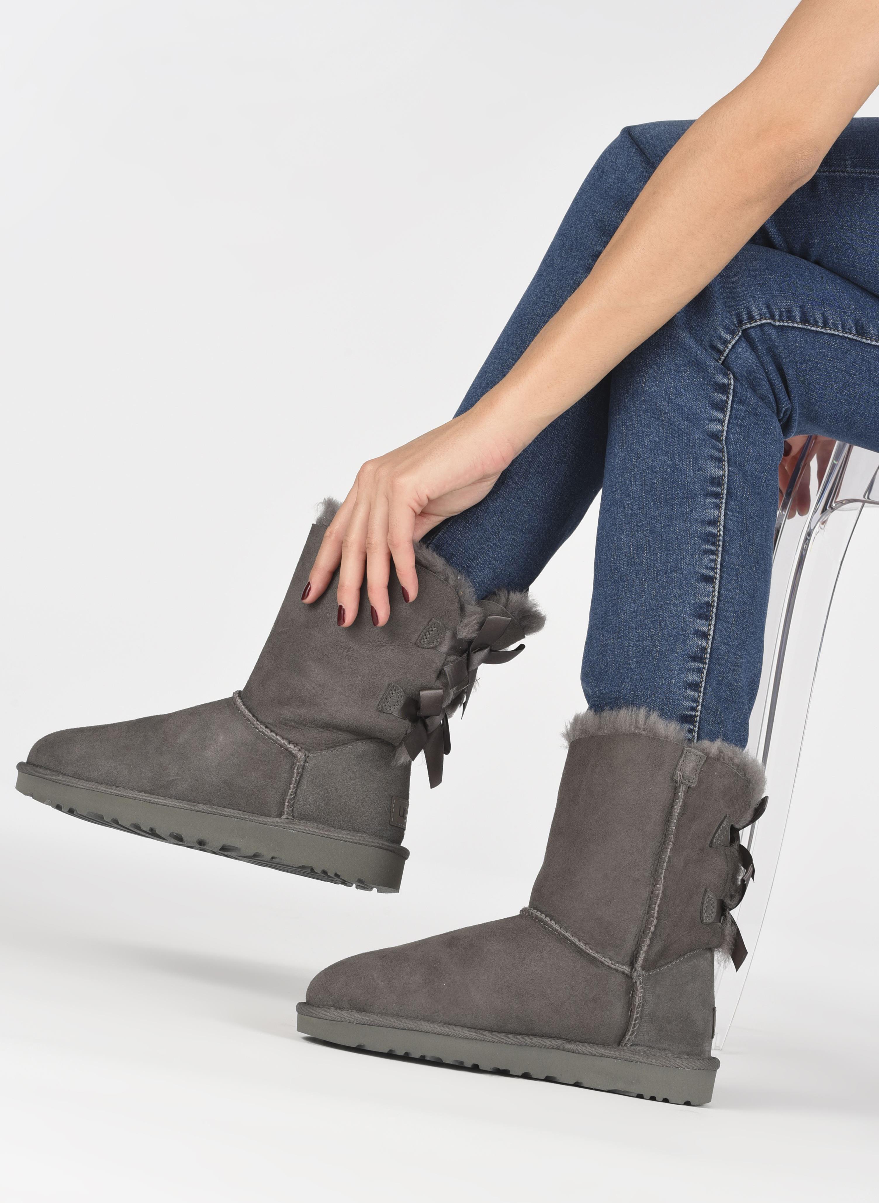 Bottines et boots UGG Bailey Bow II Gris vue bas / vue portée sac