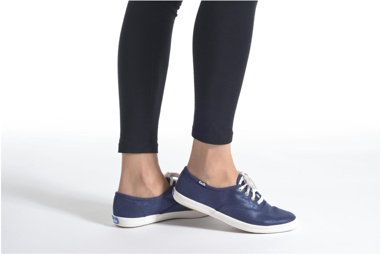 Sneaker Keds Ch Metallic Canvas blau ansicht von unten / tasche getragen