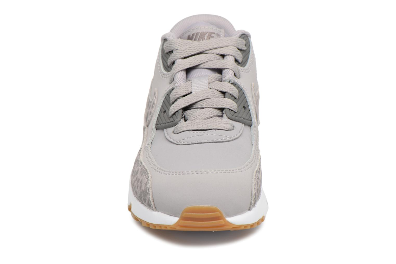 Baskets Nike Nike Air Max 90 Se Ltr (Ps) Gris vue portées chaussures