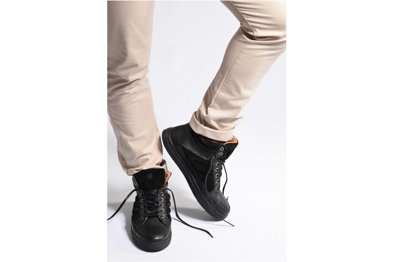Sneaker Mr SARENZA Stryges weinrot ansicht von unten / tasche getragen