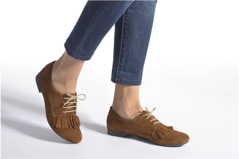 Snörade skor André Cheyenne Brun bild från under