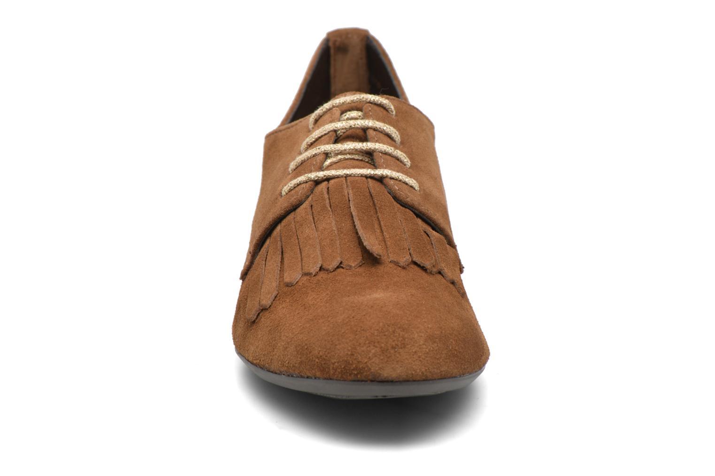Snörade skor André Cheyenne Brun bild av skorna på