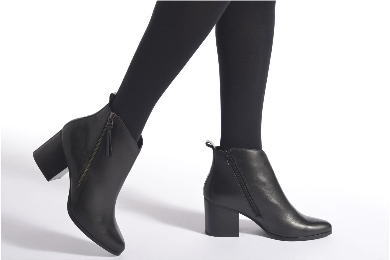 Stiefeletten & Boots André Paolina schwarz ansicht von unten / tasche getragen