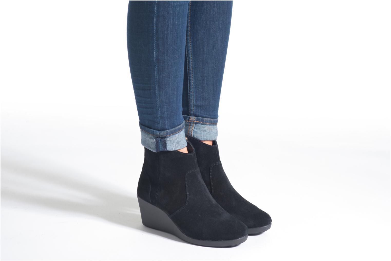 Bottines et boots Crocs Leigh Suede Wedge Bootie Noir vue bas / vue portée sac