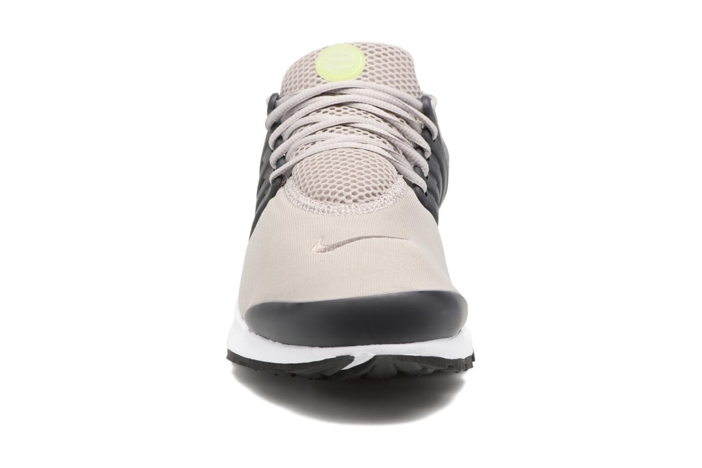 Baskets Nike Nike Air Presto Essential Gris vue portées chaussures