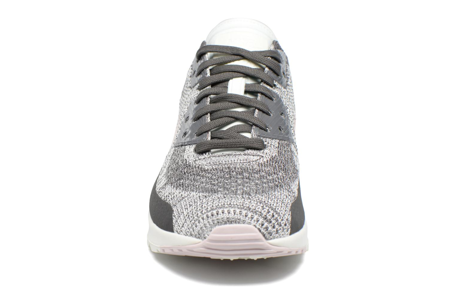 Baskets Nike W Air Max 90 Ultra 2.0 Flyknit Gris vue portées chaussures
