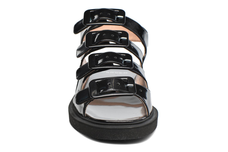 Sandalen Carven Heritage Buckle Sandal schwarz schuhe getragen