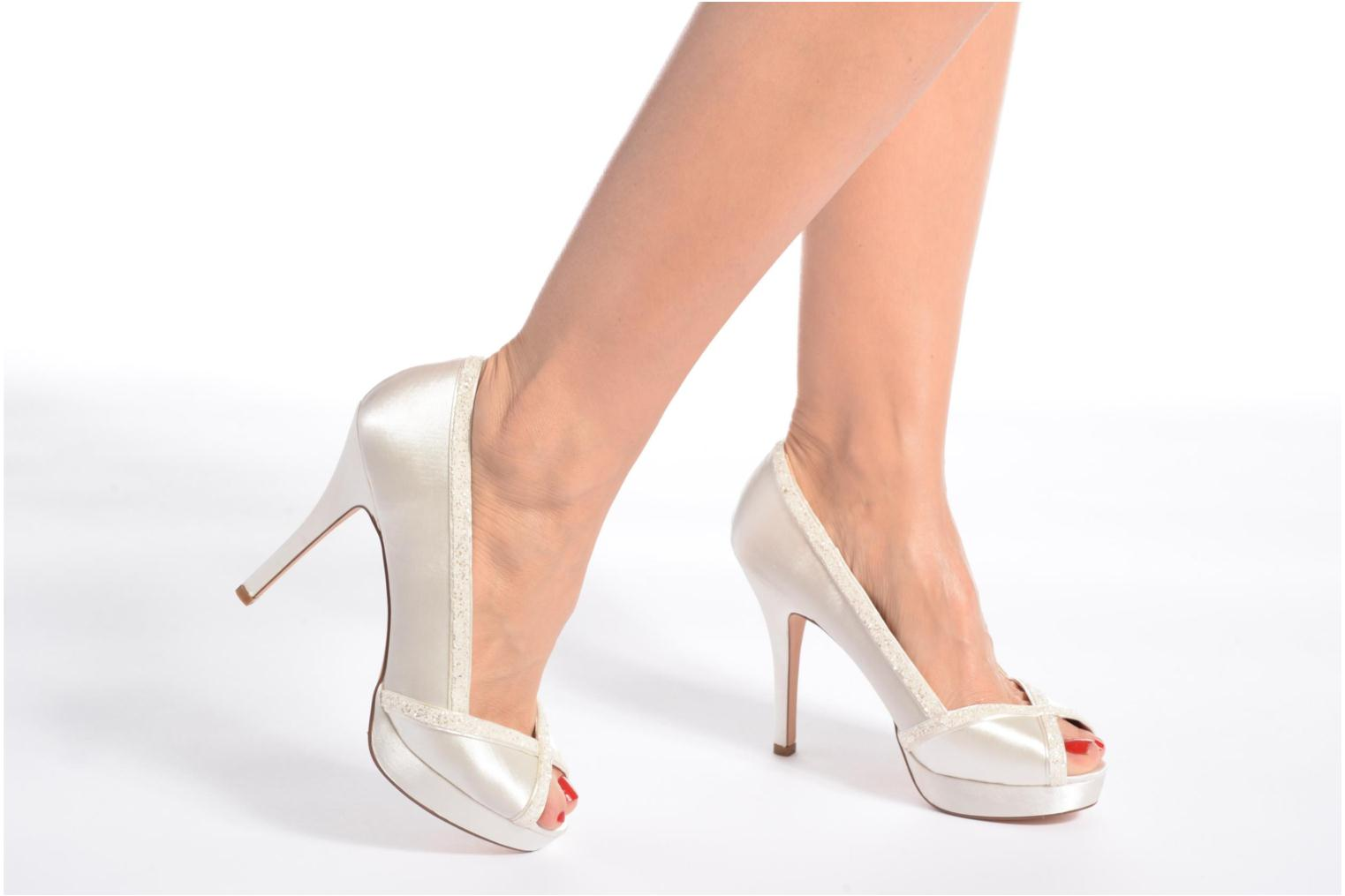 High heels Menbur ALMUDENA White view from underneath / model view