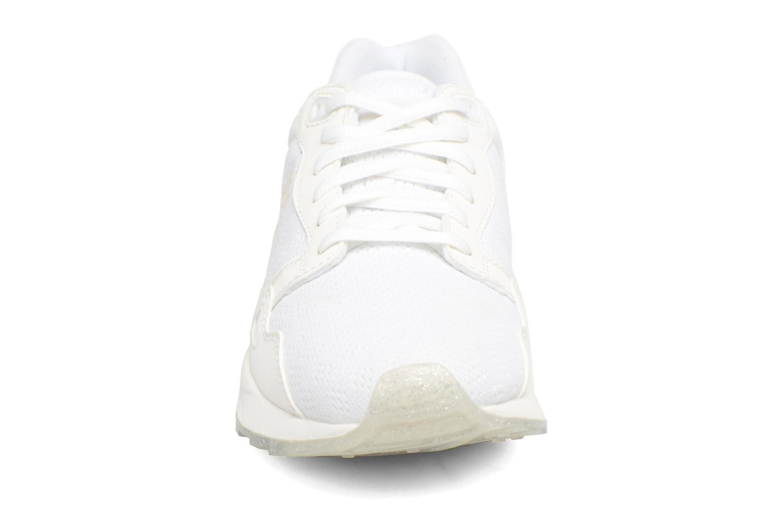 Baskets Le Coq Sportif Lcs R900 W Iridescent Blanc vue portées chaussures