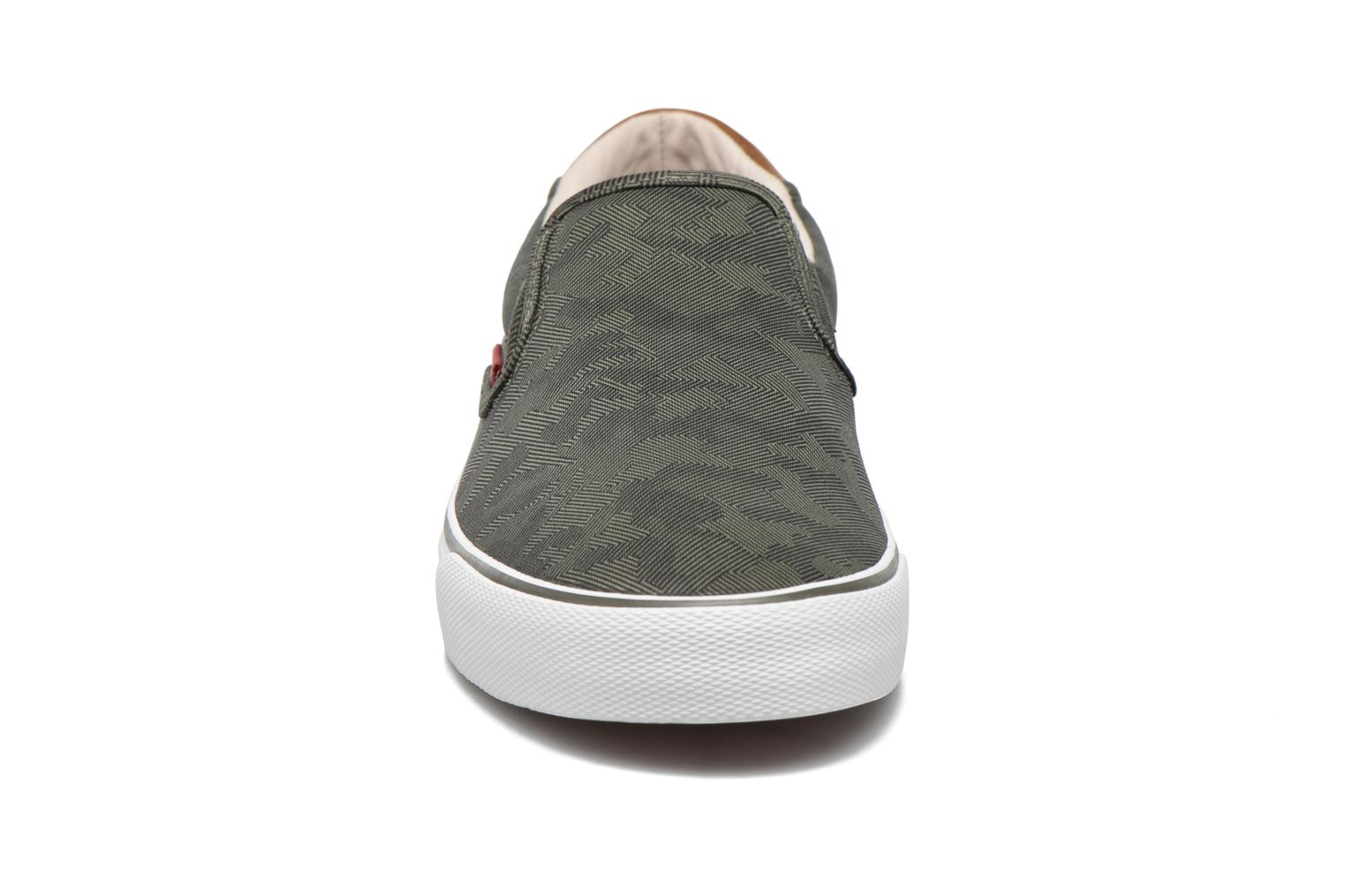 Sneakers Levi's Justin Slip On Verde modello indossato