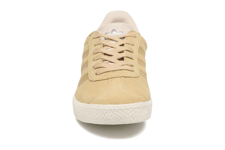 Baskets Adidas Originals Gazelle Fashion J Beige vue portées chaussures