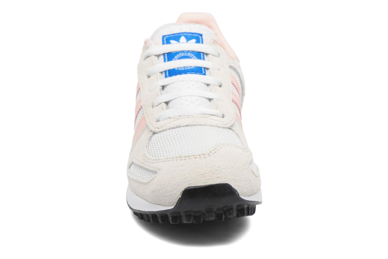 Baskets Adidas Originals La Trainer C Beige vue portées chaussures