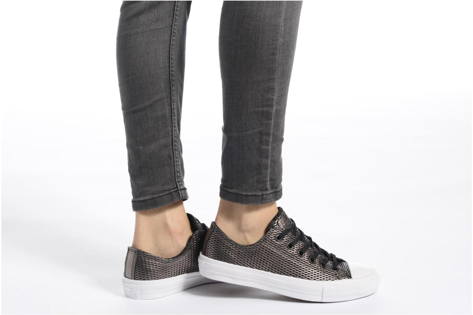 Baskets Converse Chuck Taylor All Star II Ox Perf Metallic Leather Argent vue bas / vue portée sac