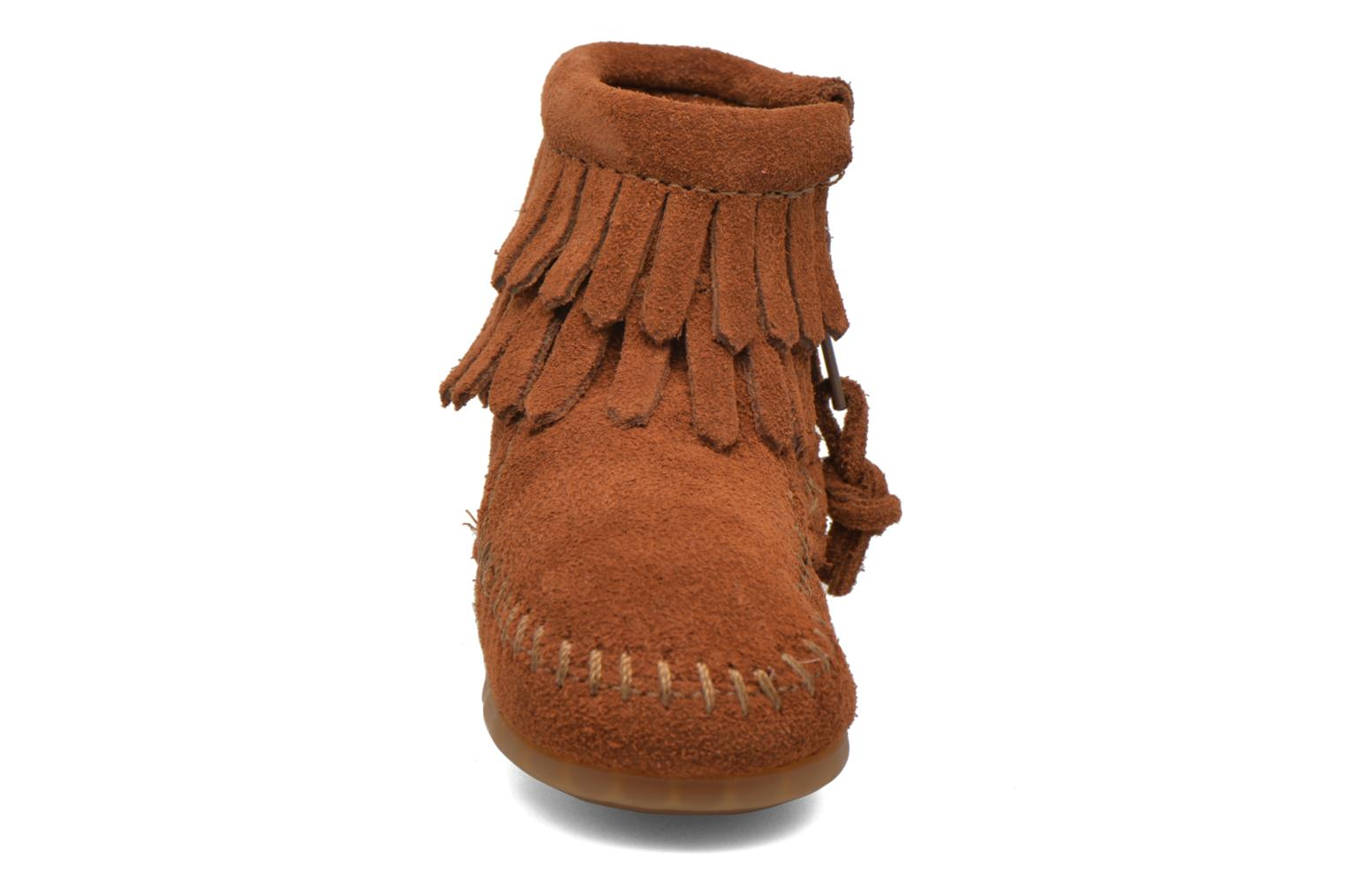 Stivaletti e tronchetti Minnetonka Double Fringe side zip boot B Marrone modello indossato