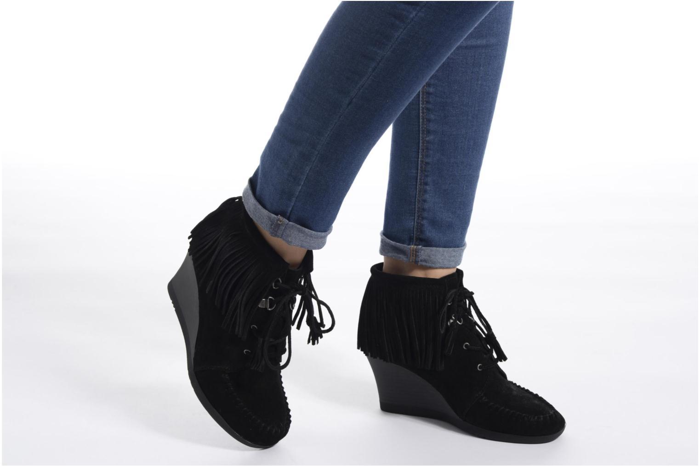 Bottines et boots Minnetonka Lace-Up Fringe Ankle Wedge Boot Noir vue bas / vue portée sac