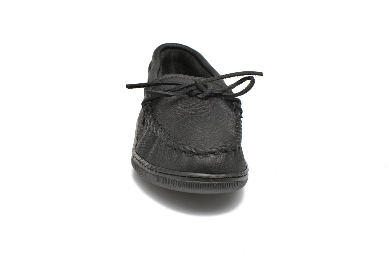 Mocassins Minnetonka Classic Moosehide Moc Noir vue portées chaussures