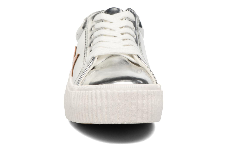 Sneakers Coolway Cherry Argento modello indossato
