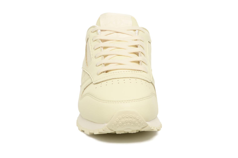 Baskets Reebok Cl Lthr Pastels Beige vue portées chaussures