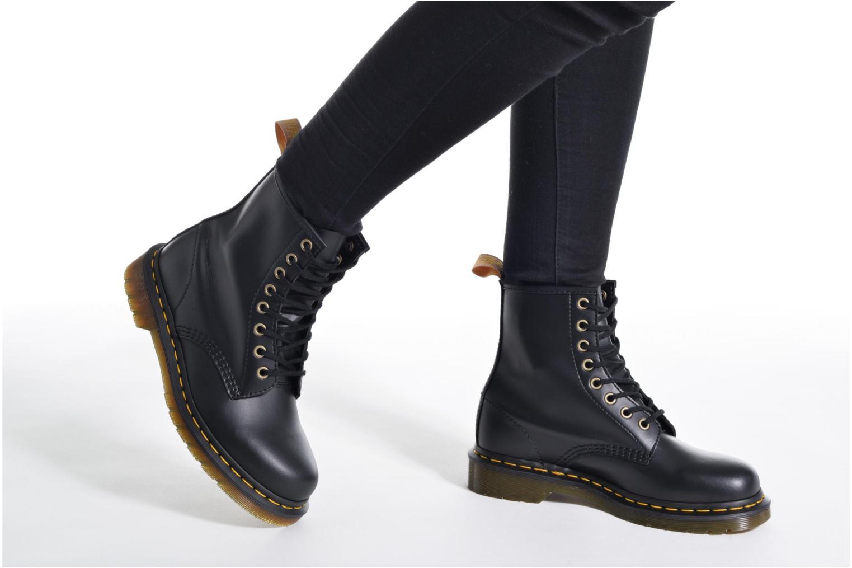 Bottines et boots Dr. Martens Vegan 1460 Noir vue bas / vue portée sac