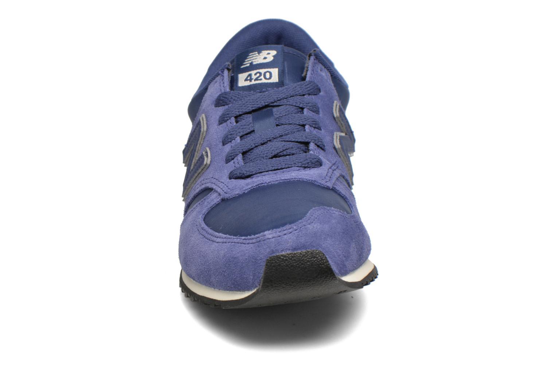 Baskets New Balance U420 SMU W Bleu vue portées chaussures