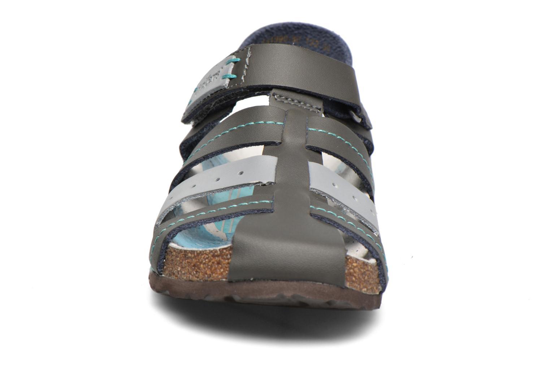 Sandales et nu-pieds Kickers Maginuevo Gris vue portées chaussures