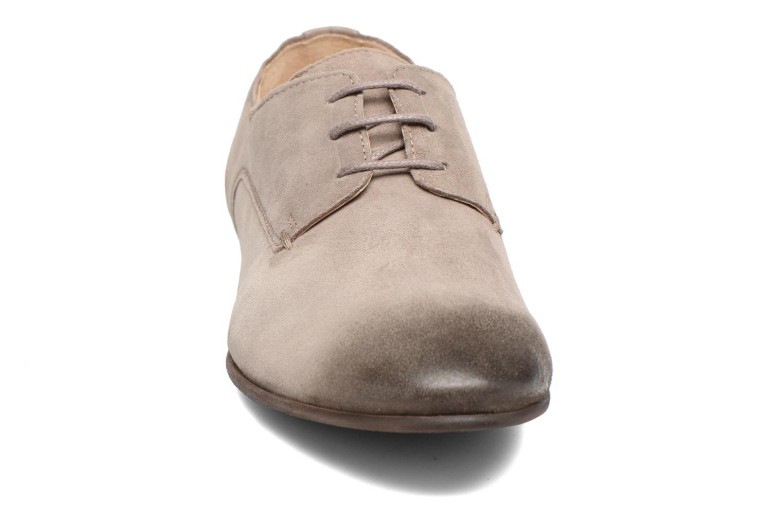 Scarpe con lacci Kickers Galla Beige modello indossato