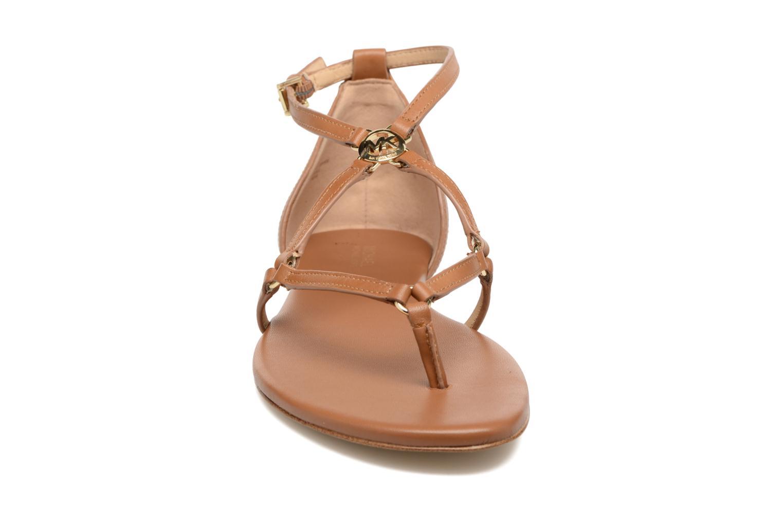 Sandali e scarpe aperte Michael Michael Kors Terri Flat Sandal Marrone modello indossato