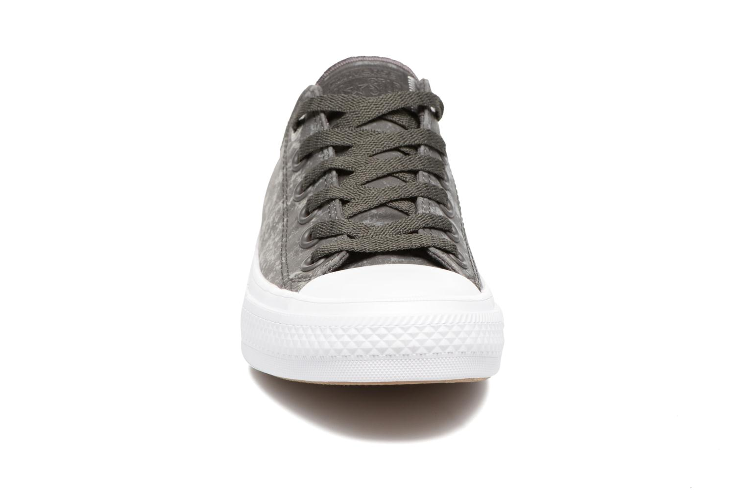 Baskets Converse Chuck Taylor All Star II Ox Reflective Wash W Gris vue portées chaussures