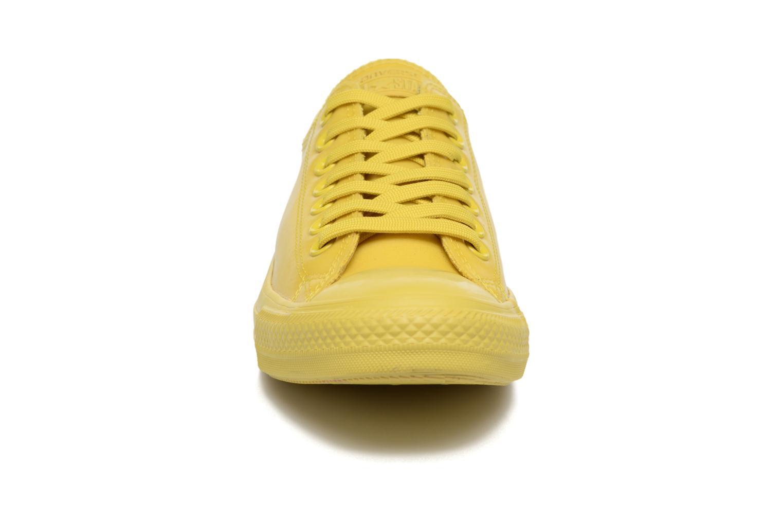 Baskets Converse Chuck Taylor All Star Rubber Ox Jaune vue portées chaussures
