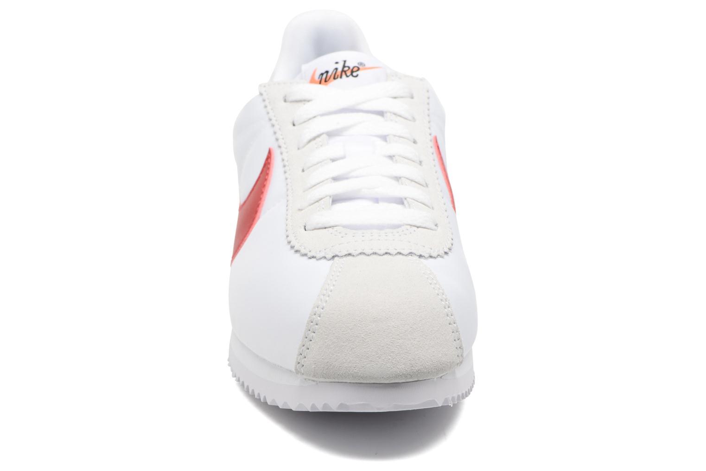 Baskets Nike W Classic Cortez Leather Se Blanc vue portées chaussures