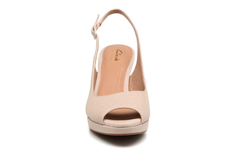 Sandales et nu-pieds Clarks Mayra Blossom Beige vue portées chaussures