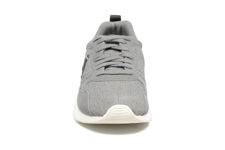 Sneakers Le Coq Sportif LCS R 600 GS Grigio modello indossato