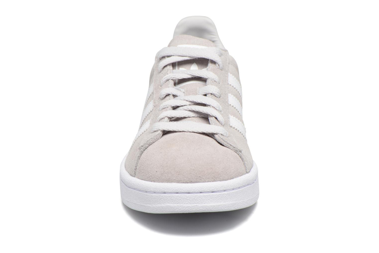 Sneakers Adidas Originals Campus J Grigio modello indossato