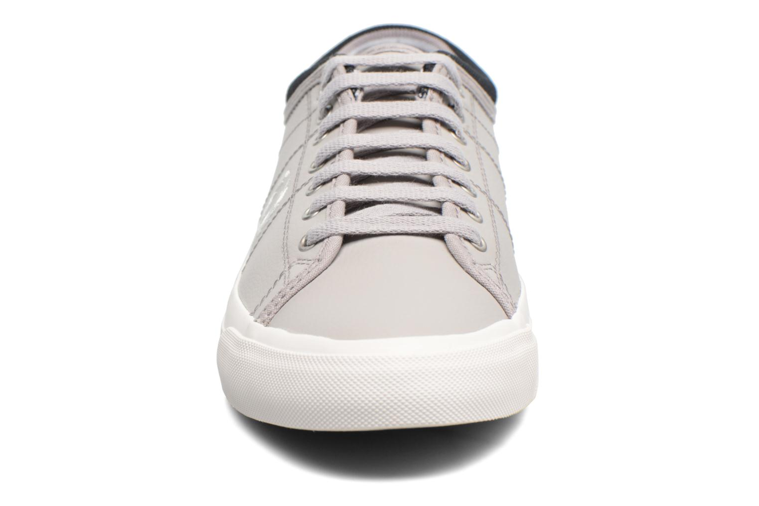 Baskets Fred Perry Kendrick Reversed Tipped Cuff Leather Gris vue portées chaussures