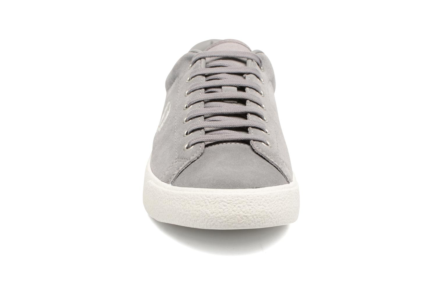 Baskets Fred Perry UNDERSPIN SUEDE Gris vue portées chaussures