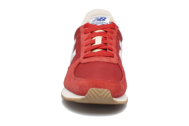 Sneakers New Balance U220 Rosso modello indossato