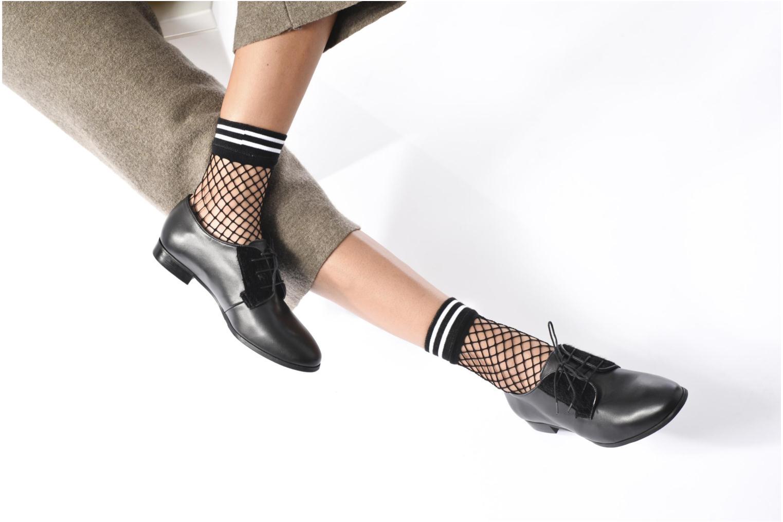 Schnürschuhe Georgia Rose Lapra schwarz ansicht von unten / tasche getragen