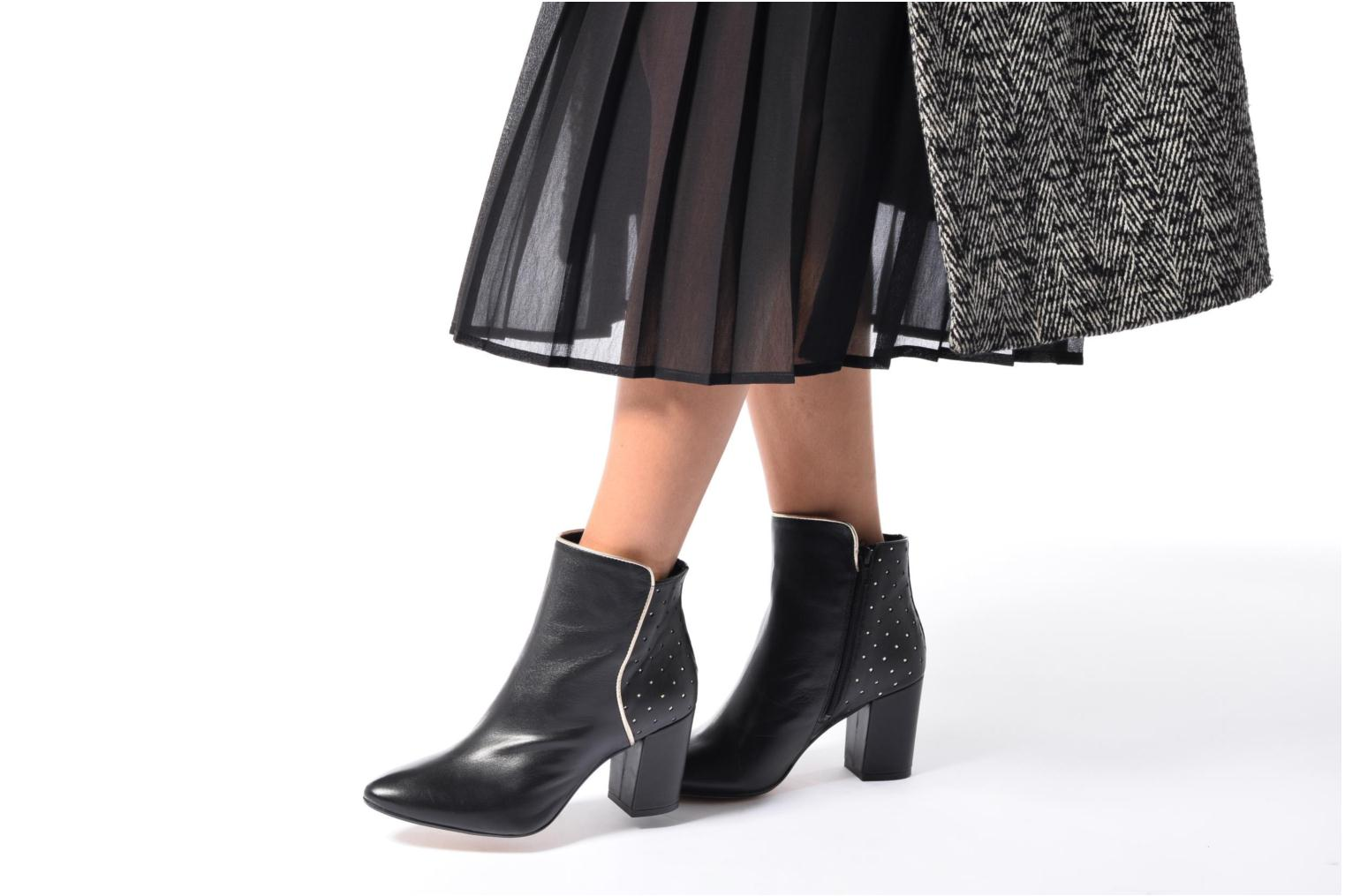 Ankle boots Mellow Yellow Charlyna Black view from underneath / model view