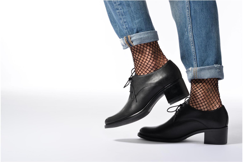 Schnürschuhe Georgia Rose Nelace schwarz ansicht von unten / tasche getragen