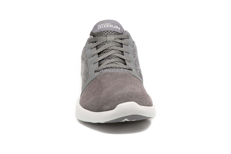 Chaussures de sport Skechers Go run 601 Gris vue portées chaussures