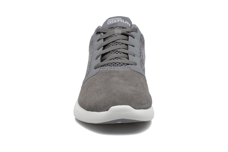 Chaussures de sport Skechers Go run 600 Gris vue portées chaussures