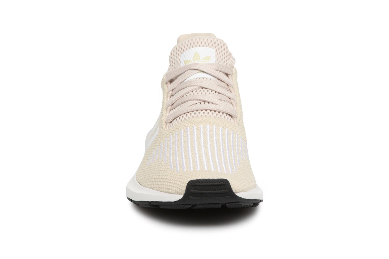 Baskets Adidas Originals Swift Run W Beige vue portées chaussures