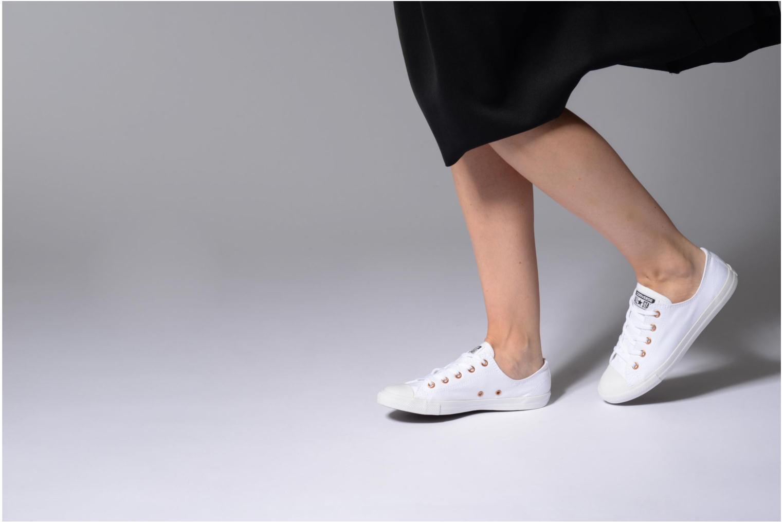 Sneaker Converse Chuck Taylor All Star Dainty Canvas + Rose Gold Eyelets Ox weiß ansicht von unten / tasche getragen