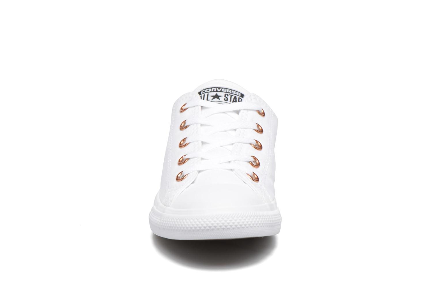 Baskets Converse Chuck Taylor All Star Dainty Canvas + Rose Gold Eyelets Ox Blanc vue portées chaussures