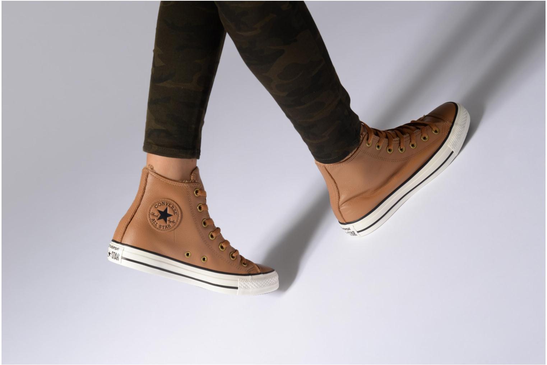 Baskets Converse Chuck Taylor All Star Leather + Fur Hi Marron vue bas / vue portée sac