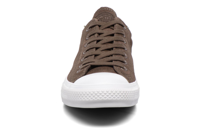 Baskets Converse Chuck Taylor All Star Plush Suede Ox Marron vue portées chaussures