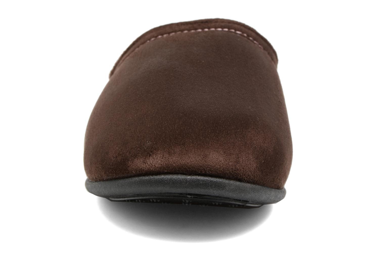 Chaussons Isotoner Mule compensée suédine Marron vue portées chaussures