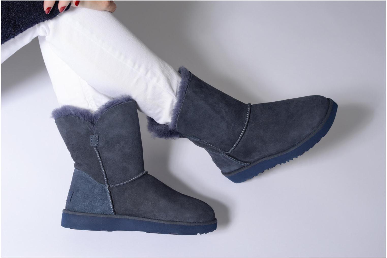 Bottes UGG Classic Cuff Short Bleu vue bas / vue portée sac
